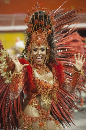 Танцовщица школы самбы специальной группы «Мокидаде-Алегри»