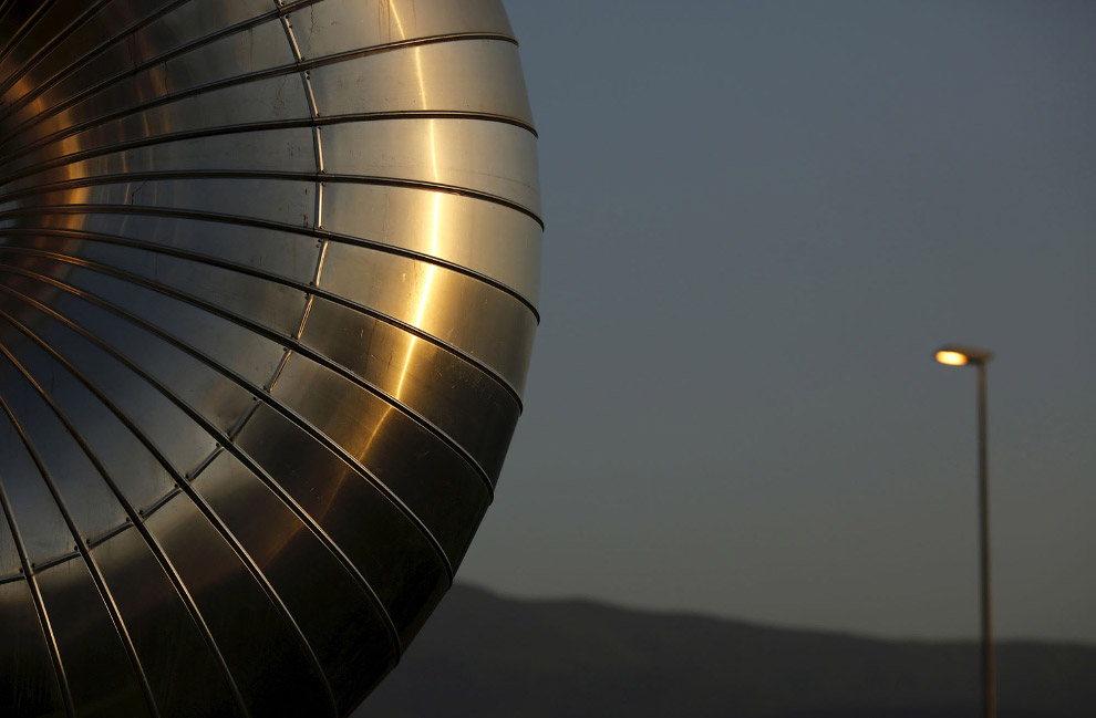 11. Бесчисленные ряды параболических зеркал солнечной тепловой электростанции Андасол. Их общая площ