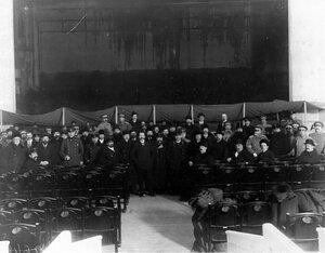 Группа участников проведения опытов по тушению пожара у сцены Нового зала Народного дома императора Николая II.