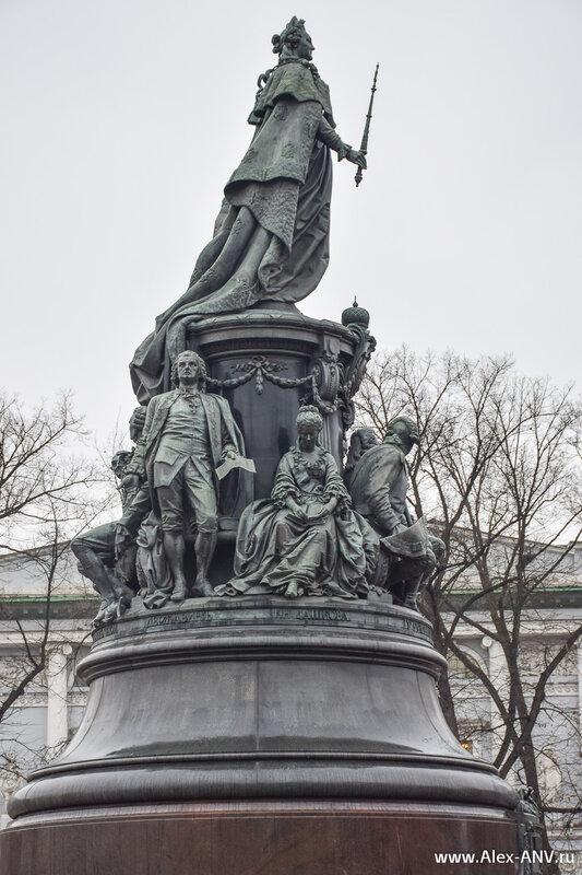 Со стороны Аничкова дворца расположены поэт Гавриил Державин и президент Российской академии Екатерина Дашкова.