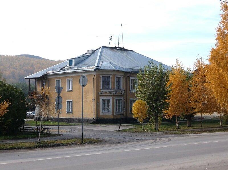 Гурьевск - Здание с видом на гору