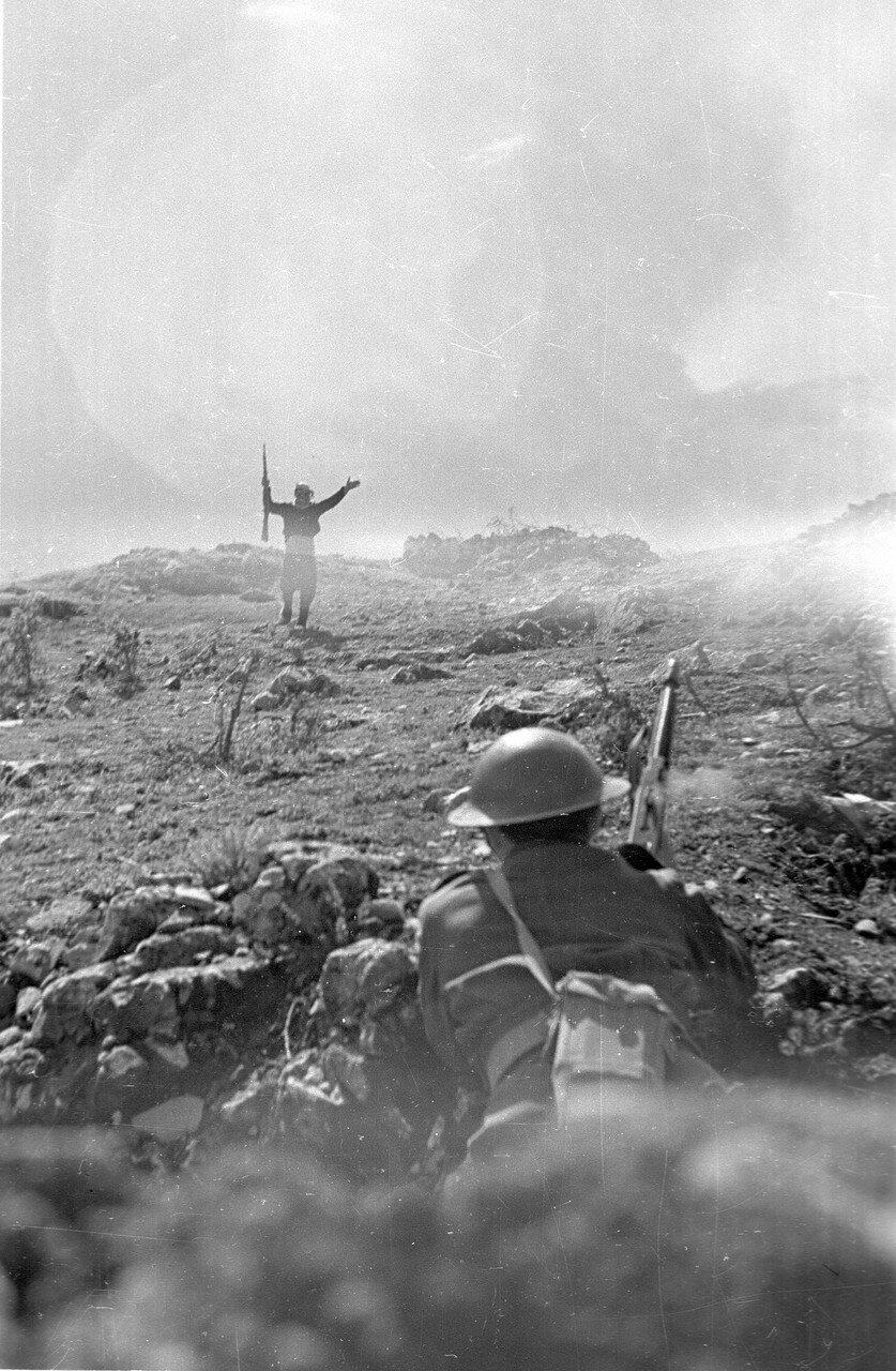 1948. Партизан сдается солдатам греческой армии