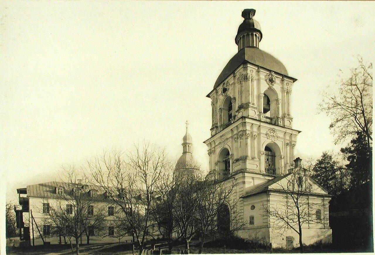 31. Вид древней церкви в Межигорском Спасо-Преображенском монастыре