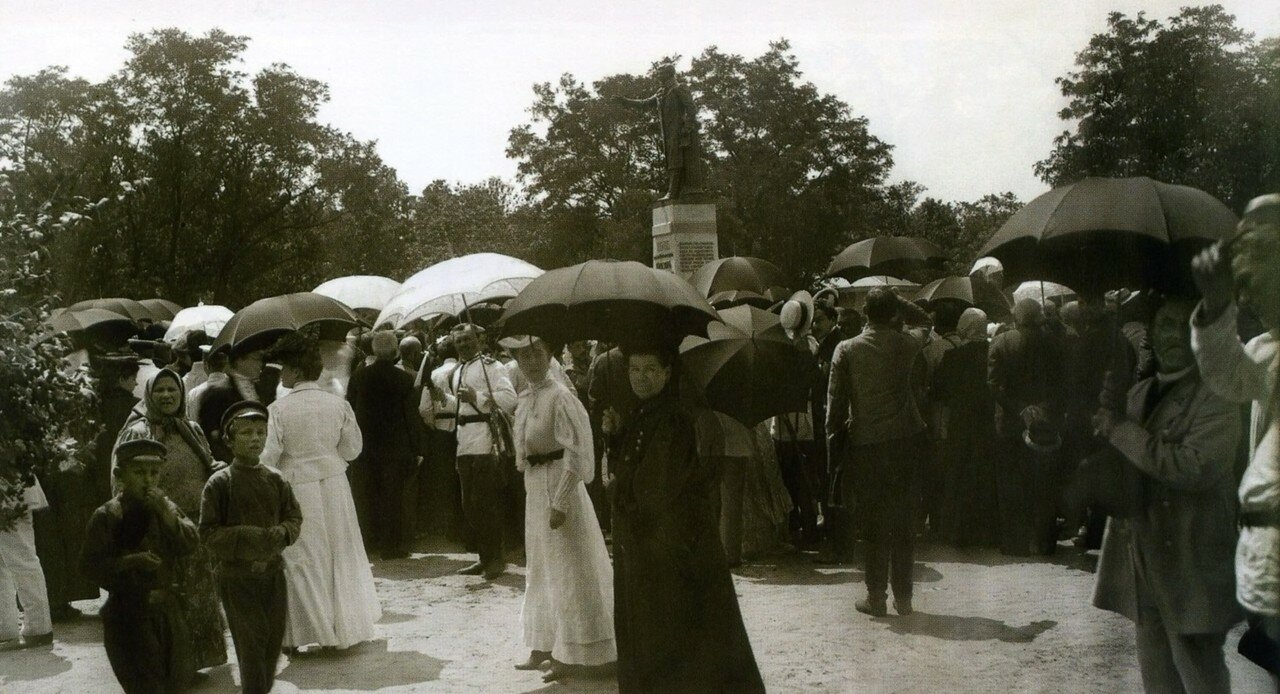 Торжественное открытие памятника В.Н. Каразину в Университетском саду. 1907 год