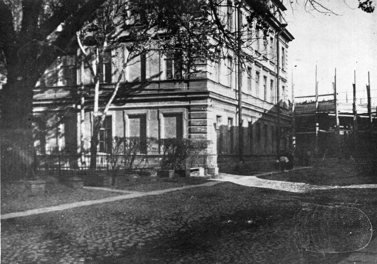 02.Здание студенческой столовой института, на втором плане здание строящейся механической лаборатории