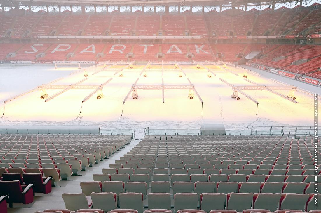 футбольное поле под снегом фотография стадион Открытие Арена