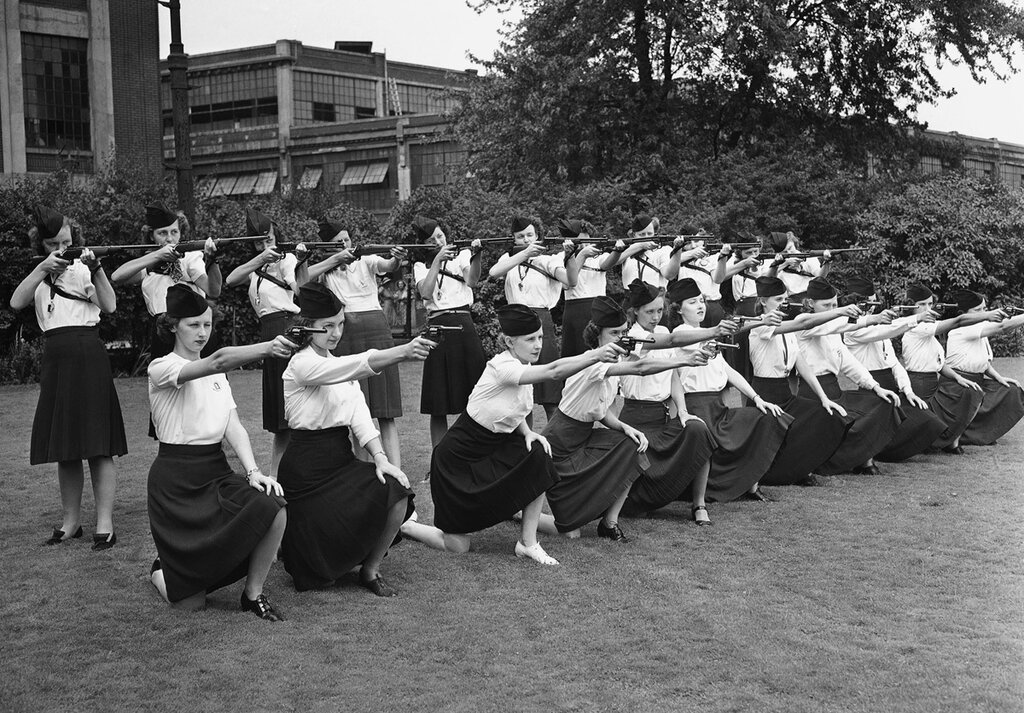 Female guards, placed on duty at the Naval Ordnance Plant, operated by the Hudson Motor Car Company in Detroit, Michigan, learn how to sight guns on August 7, 1942.jpg
