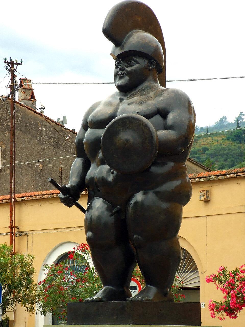 Центурион (Centurion) скульптора Фернандо Ботеро (Fernando Botero) в городе Пьетрасанта (Pietrasanta)