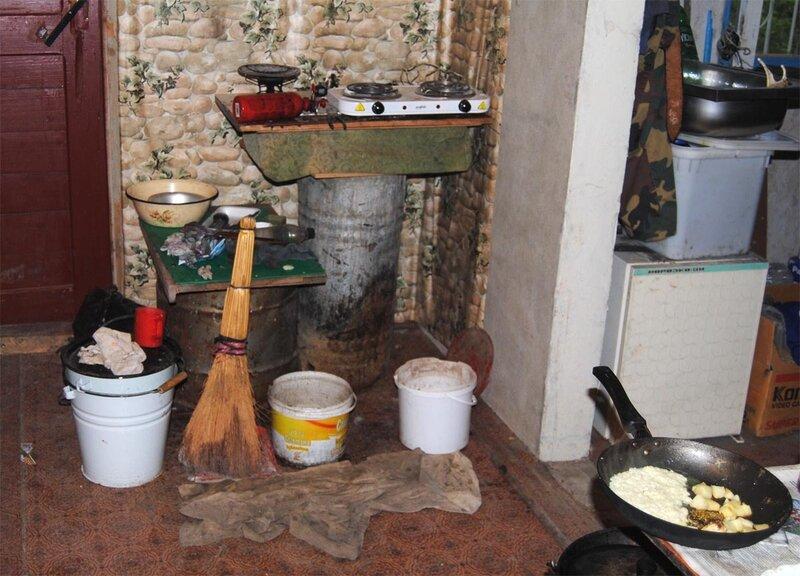Временный кухонный блок в зале в парадном углу