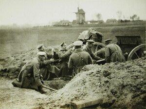 Солдаты одной из армейских частей у полевого орудия на поле боя близ Скиерниевайса.