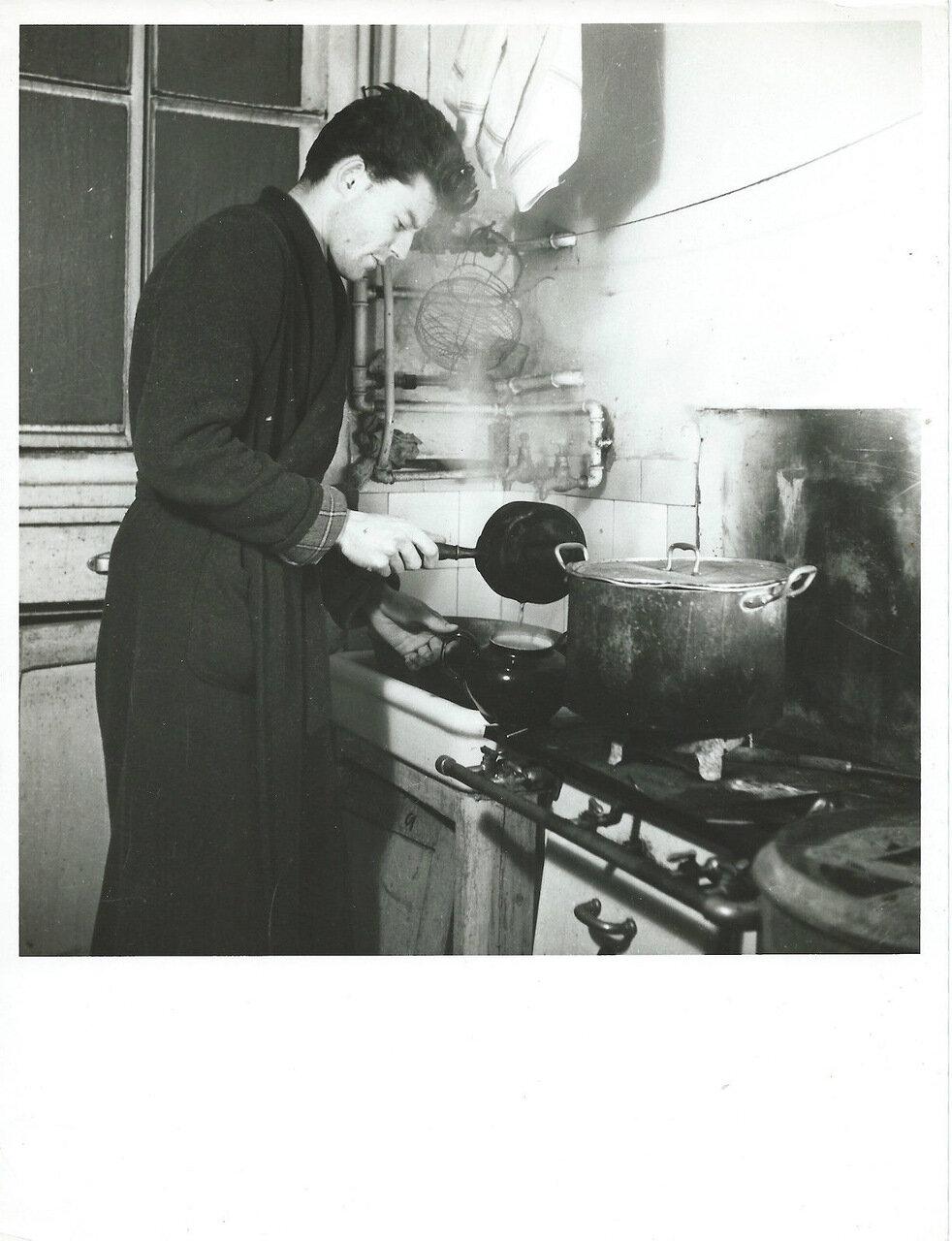 Жерар Филип 23 лет в своей квартире на  Сен-Жермен-де-Пре