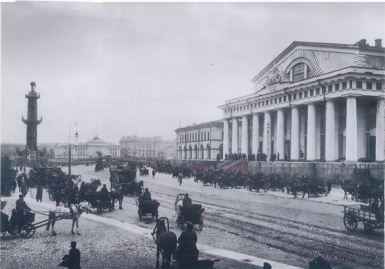03. Главный фасад здания Фондовой биржи, Биржевая площадь и Ростральная колонна