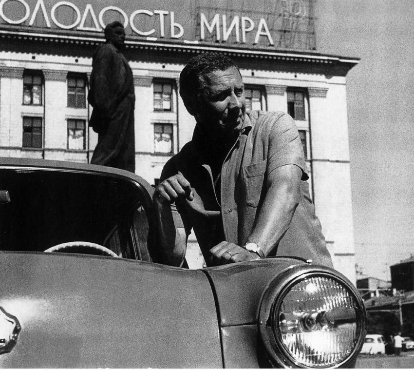 Анатолий Папанов со своим автомобилем «Москвич»