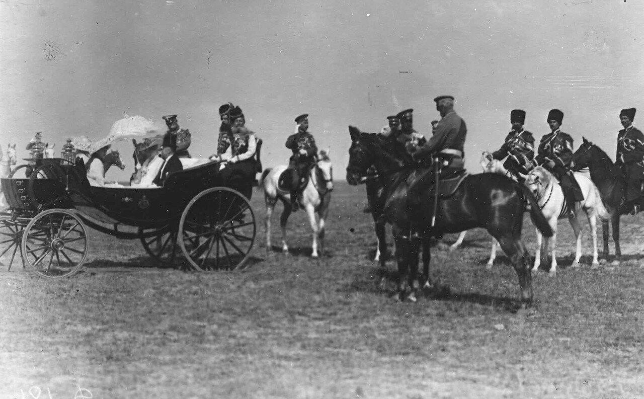 83. Император Николай II дает распоряжения перед парадом войск. Красное Село