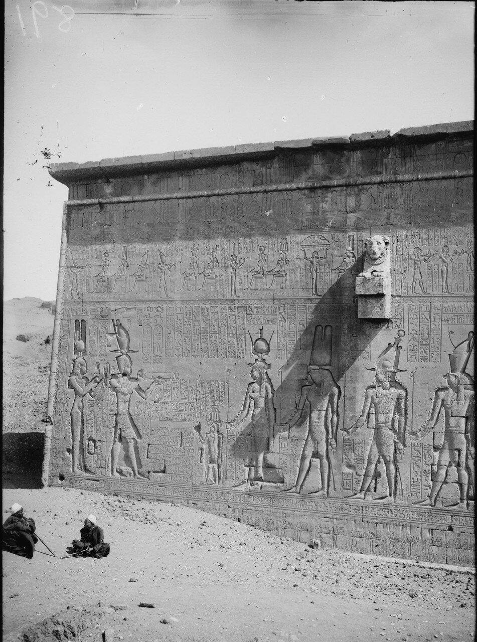 Дендера. Храм Хатхор. Резьба на наружной стене. 1900