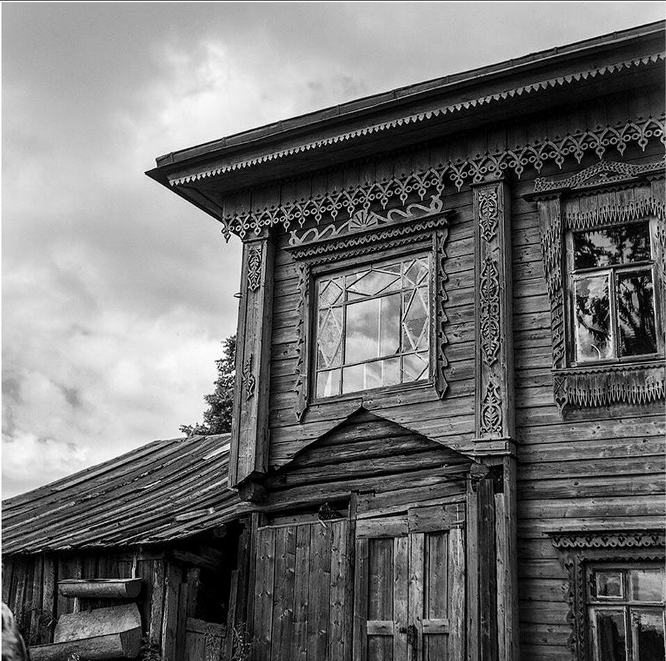 Фрагмент фасада деревянного дома. Окна