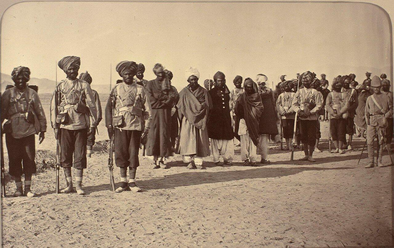 Афганские военнопленные в сопровождении конвоя британской армии