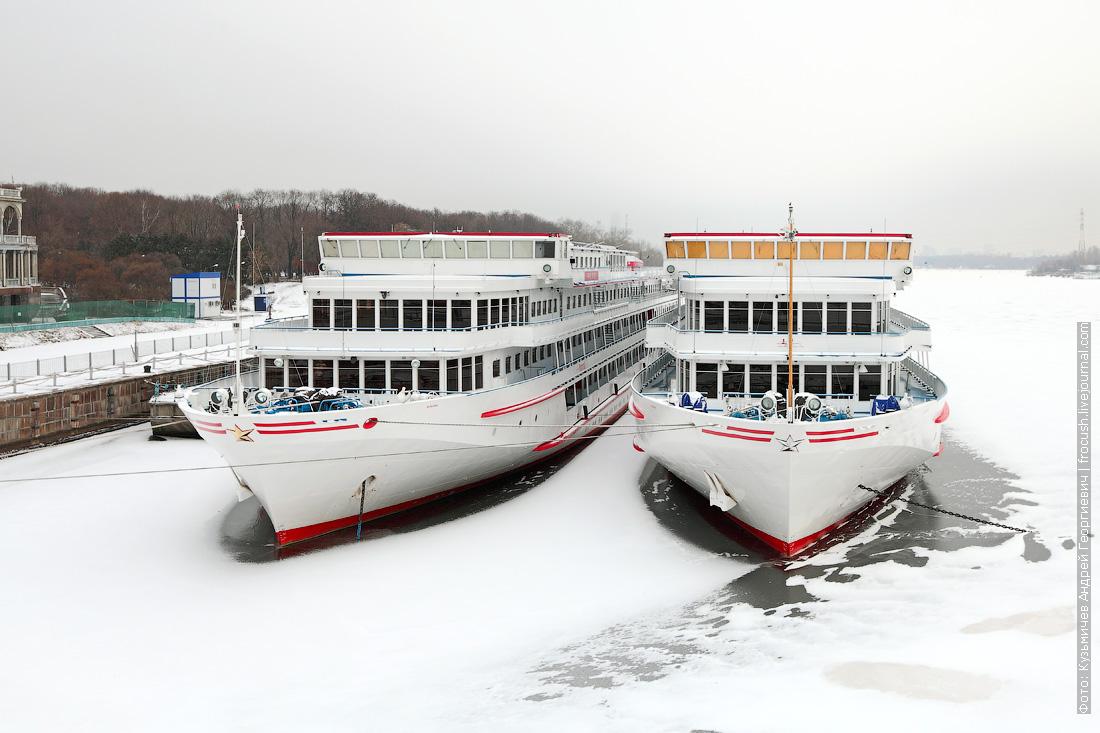 теплоходы Русь и Зосима Шашков зимой 2014 - 2015 года на зимовке в Химкинском водохранилище у СРВ Москвы