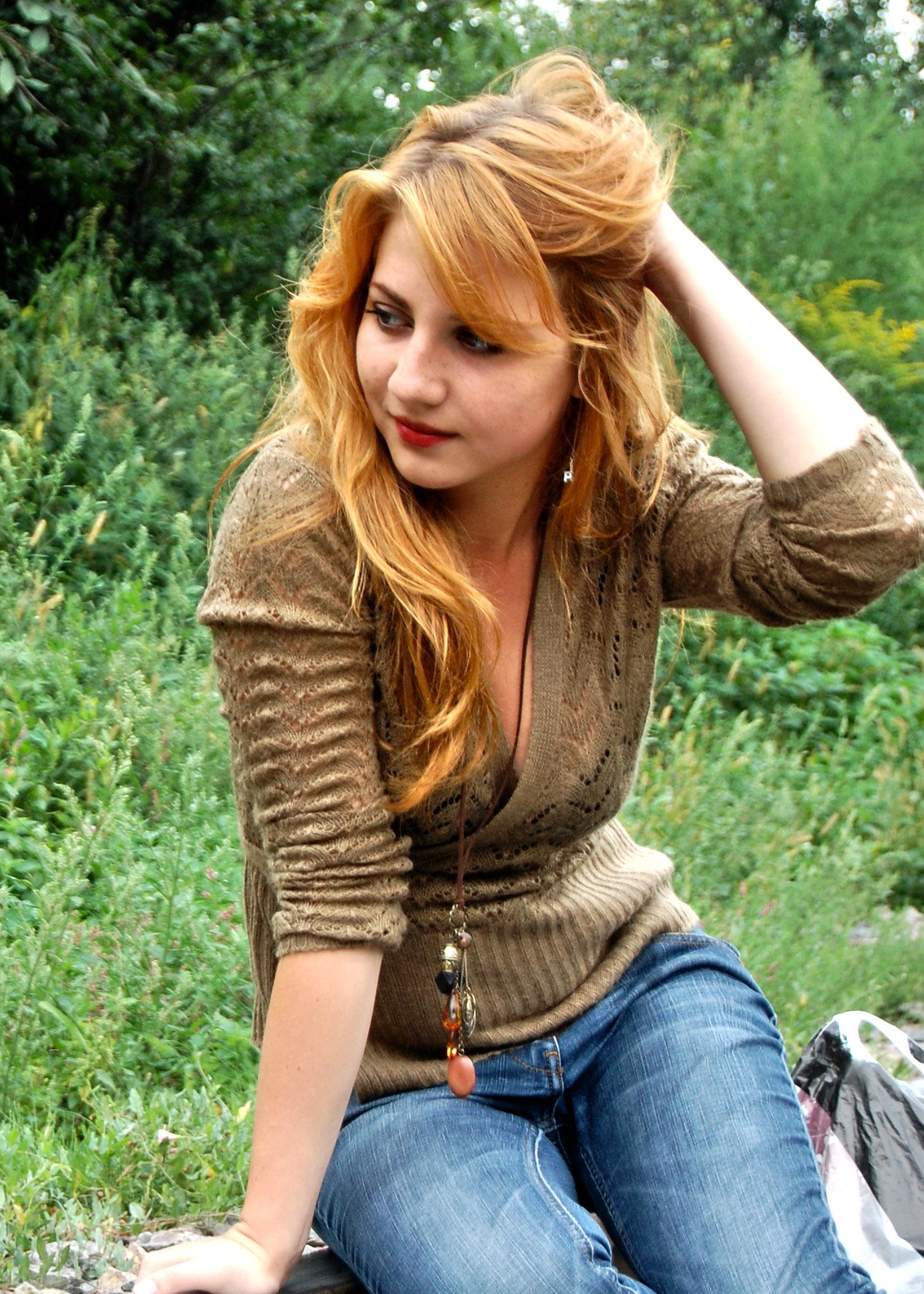 Светлорыжая дамочка в джинсах