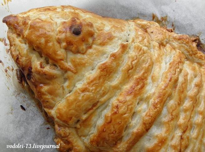 Пирог из слоёного теста с сырой рыбой и с сырой картошкой