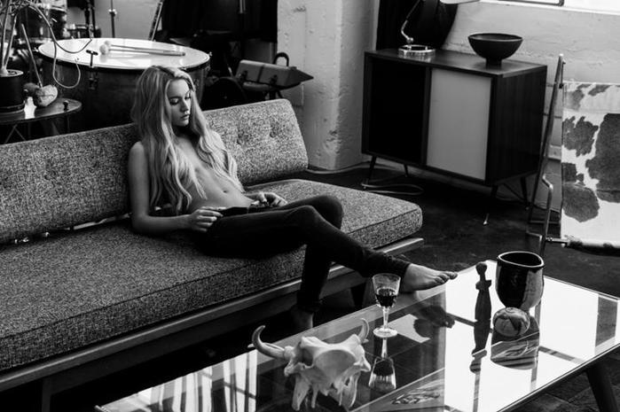 Модель Бриана Холли в кампании джинсов DSTLD 2014 года