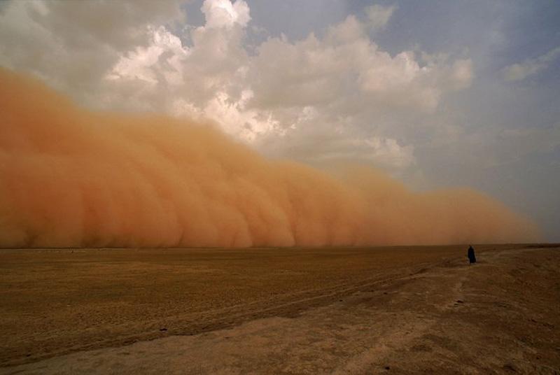 13. Многие бури пустынь обязаны своим рождением проходящим циклонам, которые задевают и пустыни. Ест