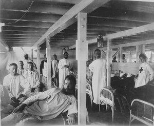 Раненые солдаты и медицинский персонал в палате баржи-лазарета Мраморного дворца