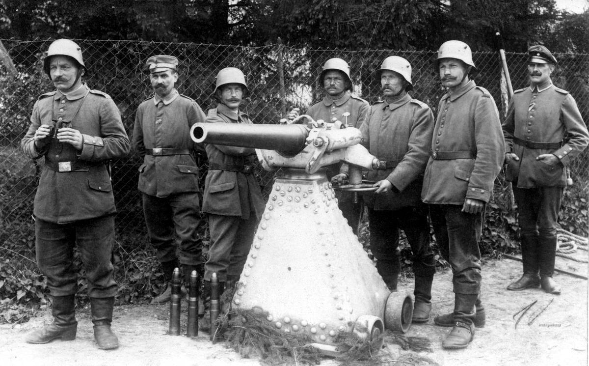 Немецкие резервисты получают инструкции по использованию трофейных французских скорострельных пушек калибра 57 мм (1917 год)