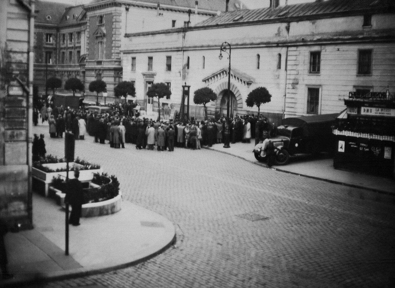 41. Толпа в ожидании казни Вейдмана вокруг гильотины за пределами тюрьмы Сен-Пьер