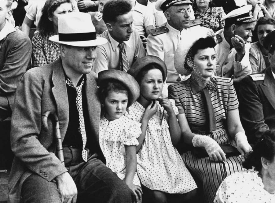 1950. Певец Иван Козловский с детьми на стадионе