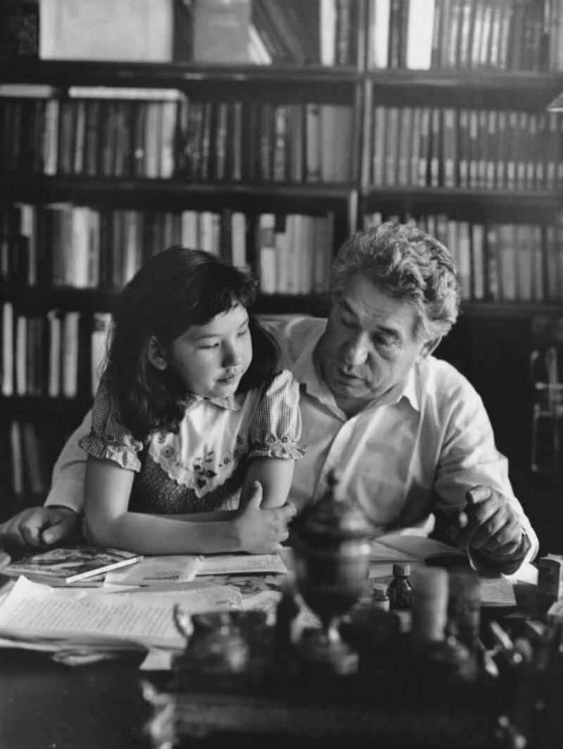 1960. Чингиз Айтматов с дочерью Ширин