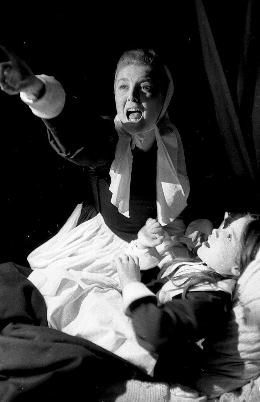 1955. Николь Курсель в спектакле Суровое испытание