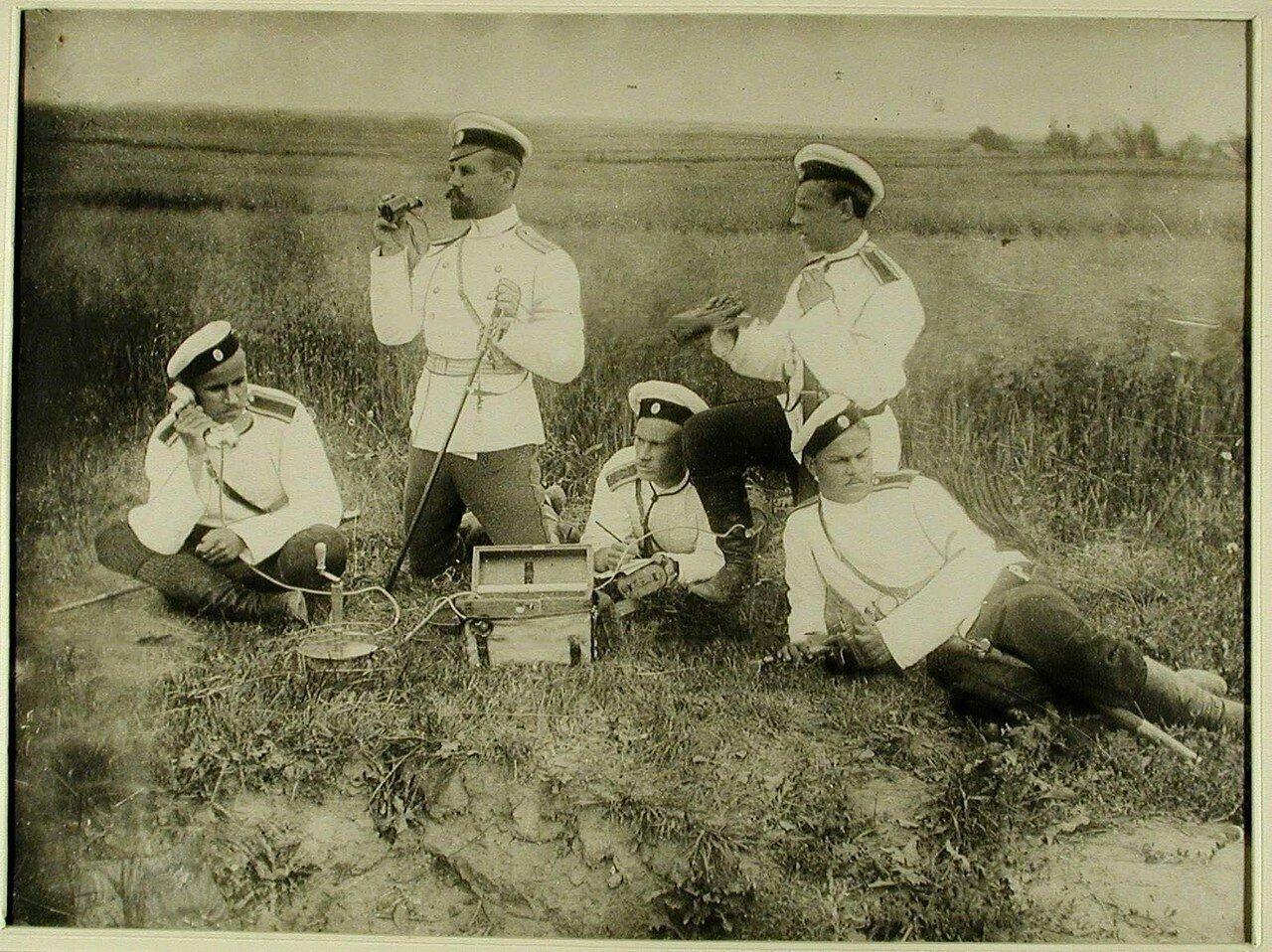 26. Группа юнкеров со штабс-капитаном П.И.Семёновым (второй слева) на наблюдательном пункте. Красное Село