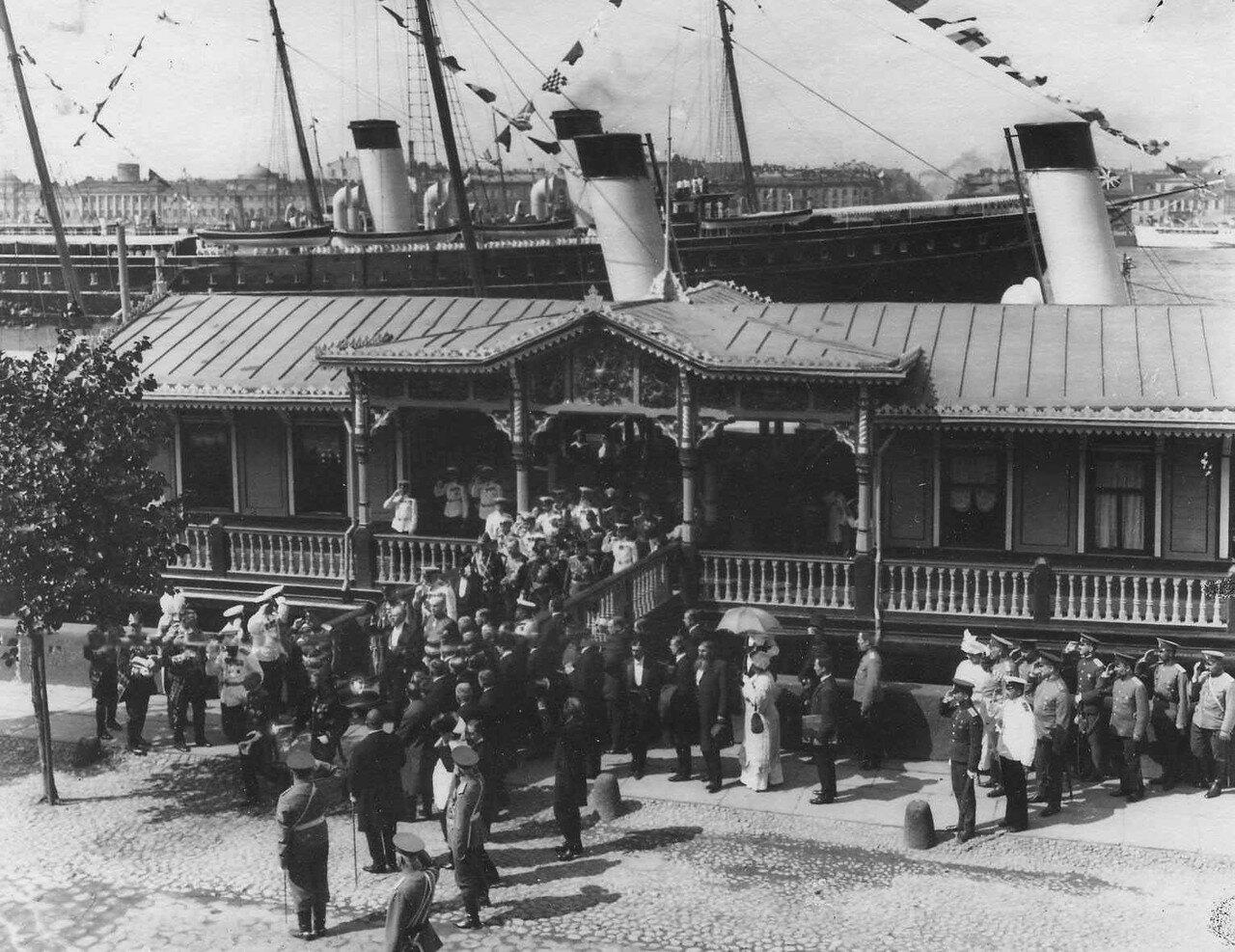 28. Пуанкаре в сопровождении свиты сходит с пристани на Английскую набережную
