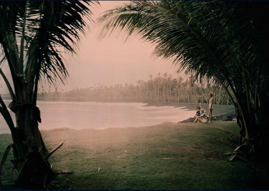 1937. Молодые женщины на «Kalapana Black Sand Beach», Гавайи