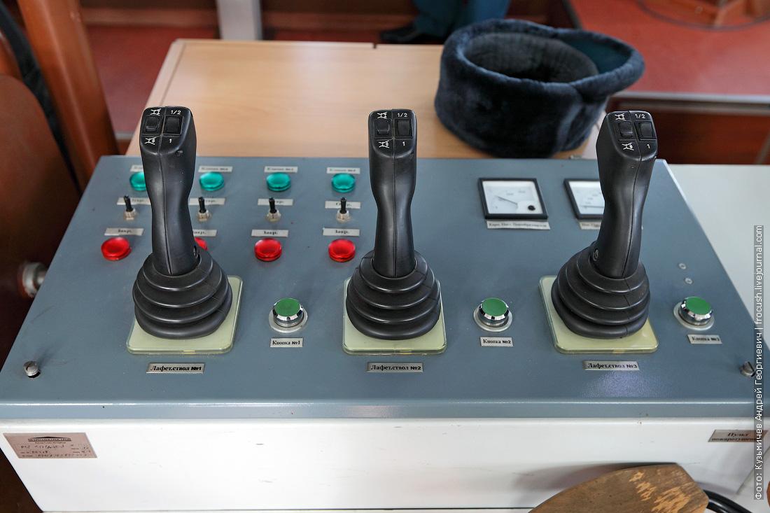 многоцелевой пожарно-спасательный корабль Полковник Чернышев пульт управления лафетными стволами