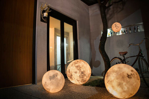 Необычный светильник - луна в доме