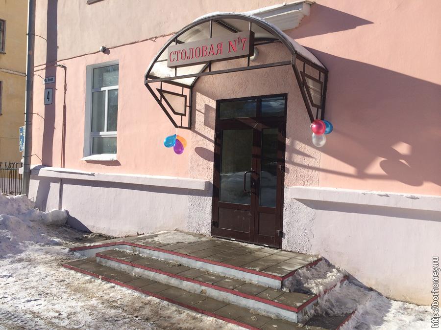 надувные шары над входом в здание