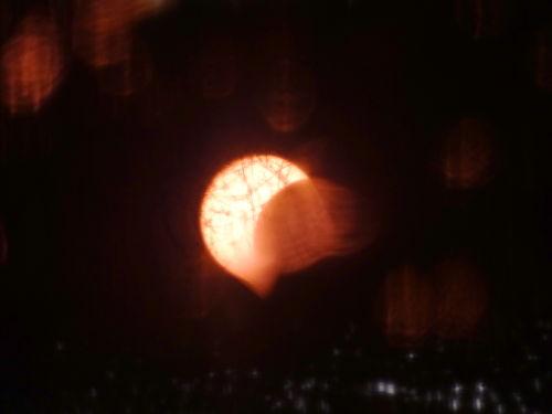 Солнечное затмение 20 марта отражается в весенней луже