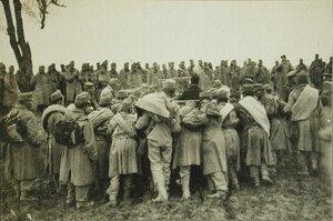 Австрийские пленные помогают автомобилисту вытащить автомобиль из грязи.
