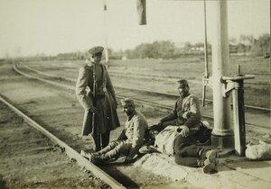 Русский солдат- конвоир около отдыхающих на железнодорожных путях пленных австрийцев.