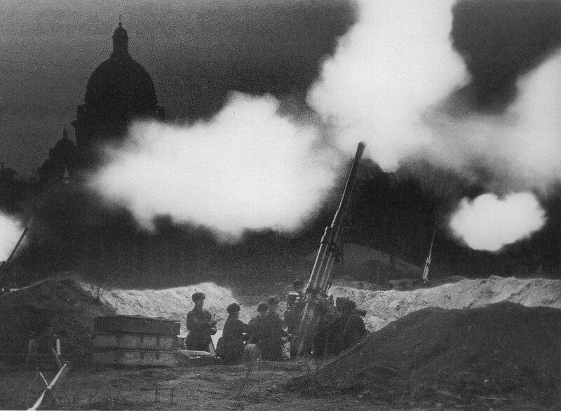 Батарея зенитных орудий у Исаакиевского собора ведет огонь, отражая ночной налет немецкой авиации