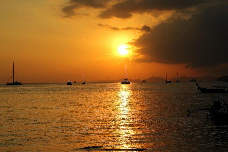 Закат на пляже Ао Нанг и яхты в море