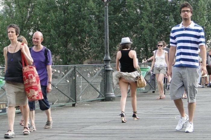 Ветер с моря вдул! Фото девушек с поднятыми юбками