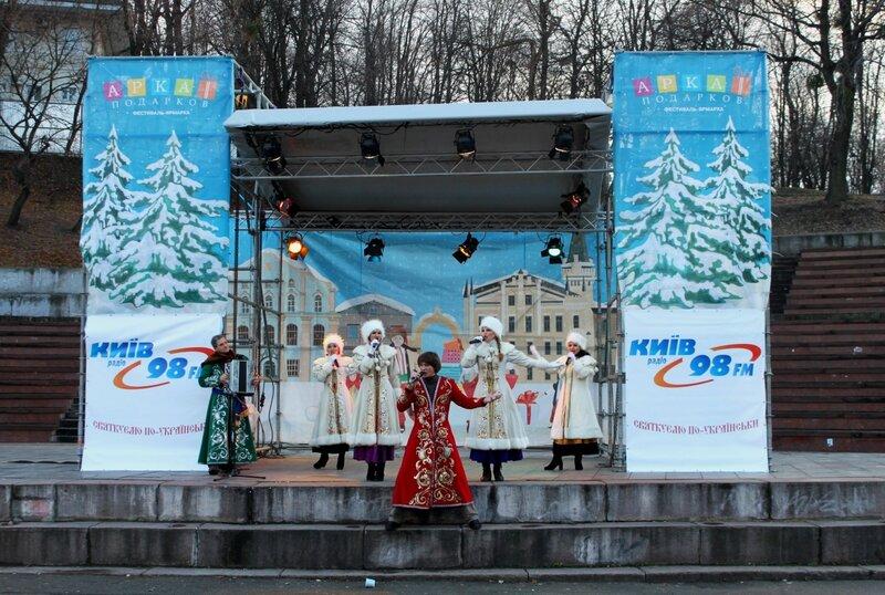 Концерт на сцене фестиваля Арка подарков