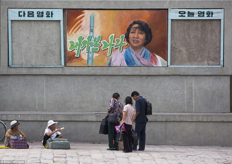 Тема героизма в северокорейском кино: У рекламного щита художественного фильма, посвященного ракетной программе этой страны
