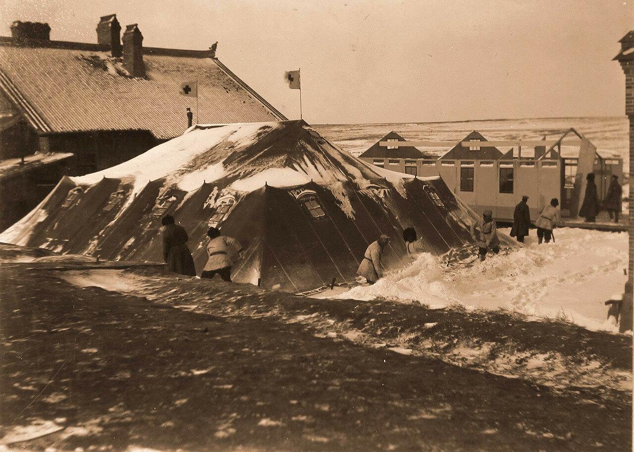 03. Группа военных ставит палатку для размещения в ней временного лазарета