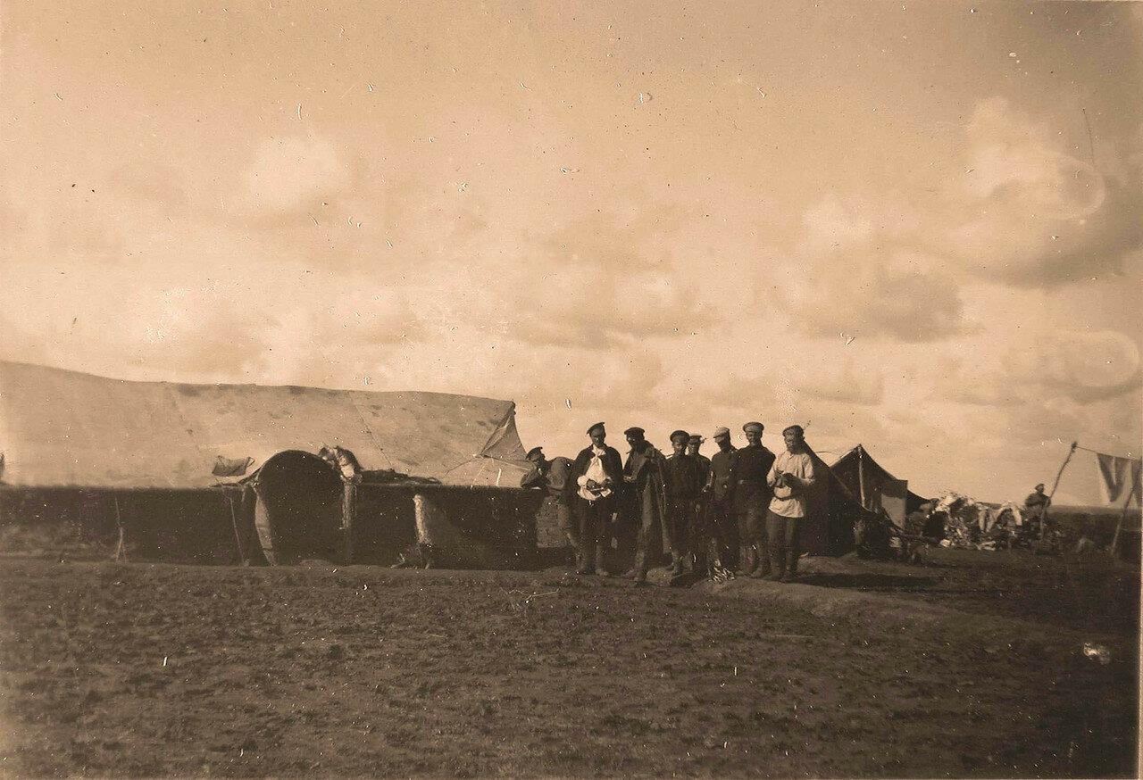 07. Группа нижних чинов - команда лазарета - у своих палаток