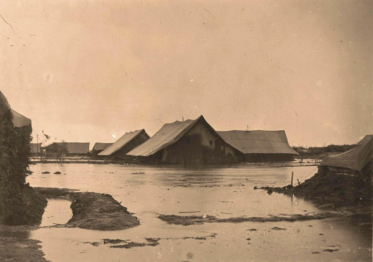 09. Вид на палатки военного лазарета во время разлива реки в дождливый период