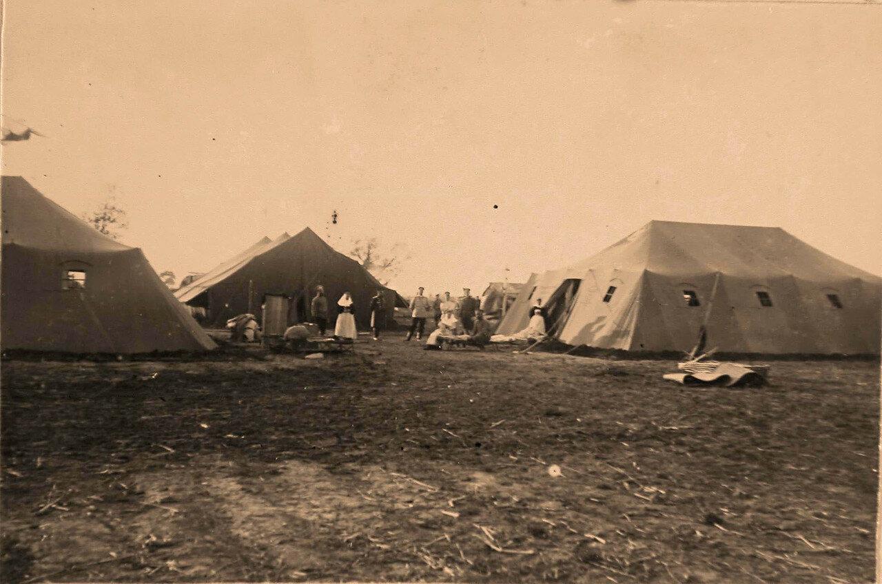 29. Медицинский персонал у палаток полевого лазарета, развернутого на 84-й версте